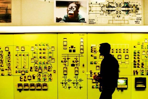 De senaste fem åren har nio miljarder kronor gått åt till att modernisera Ringhals för att höja effekten. Högre effekt innebär att reaktorväggarna bombarderas med fler neutroner per kvadratcentimeter, detta kallas fluens. Den kan leda till ökad risk för plötsliga sprickor i reaktorinneslutningen, skriver debattören.